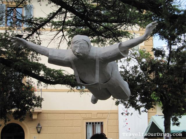 VinoAlVinoSculpture